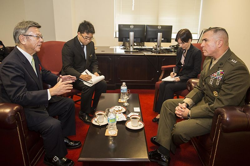 Okinawa_Governor_Takeshi_Onaga,_Lt._Gen._John_Wissler_exchange_greetings_141218-M-FX659-003