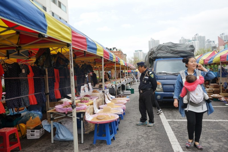 A police officer browses a South Korean market. Danbi says many of the goods sold here can also be found in North Korean markets. Credit: Heidi Shin. Used with PRI's permission