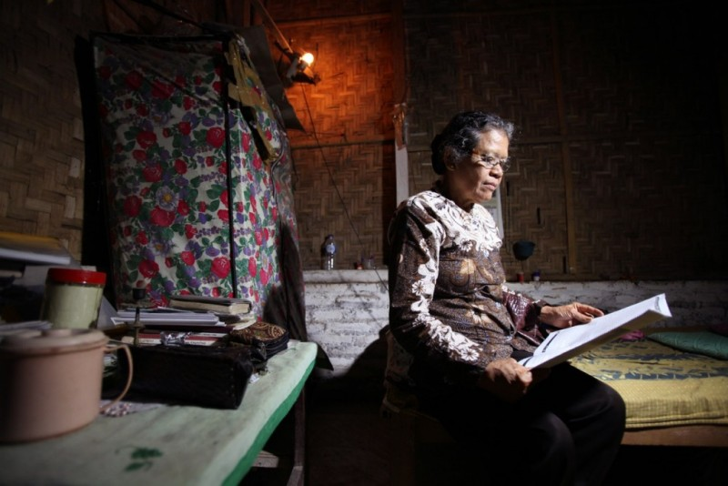"Kadmiyati was studying at a teacher's college in Yogyakarta in 1965 when she was arrested. ""When will there be justice? Who is sadistic and cruel? The communists? Or the perpetrators of the killings? Find out the truth."" Photo from Asia Justice and Rights"