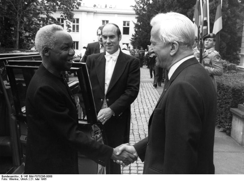 Mwalimu Nyerere with former West German President Richard von Weizsäcker in 1985. Photo released under Creative Commons by  the German Federal Archive.