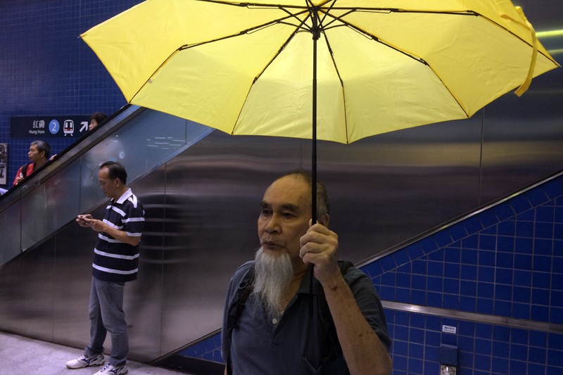 Mr Lee with his yellow umbrella. Photo from HKFP.