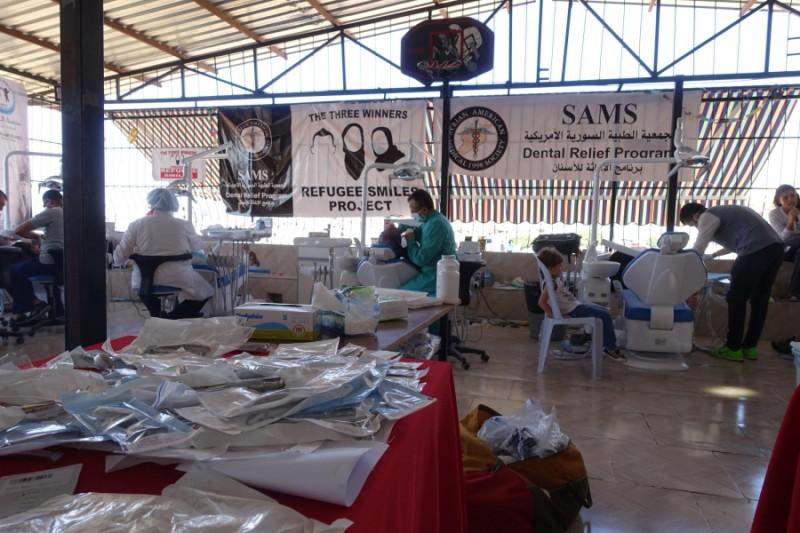 プロジェクト・レフュジ・スマイルズからの基金で、シリアン・アメリカン・メディカル・ソサエティーは、8つの歯科治療イスを購入した。そして、レイハンルのアル・サラム学校に設置した仮設クリニックへ配置した。著作権:ジョージ・バレンシア(掲載許諾済)