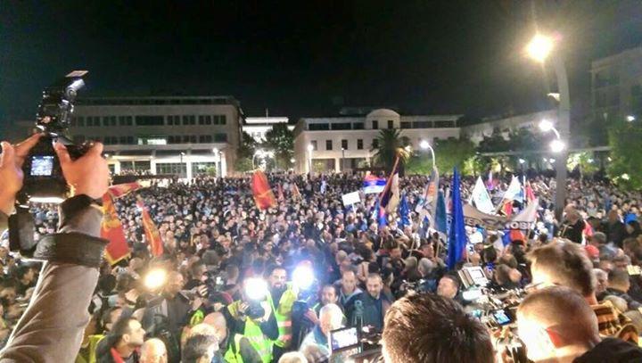 Le peuple rassemblé à Herceg Novi le 31 octobre pour soutenir des semaines de manifestations dans la capitale Podgorica. Photo tirée de la page Facebook de Sloboda Traži Ljude, avec sa permission.