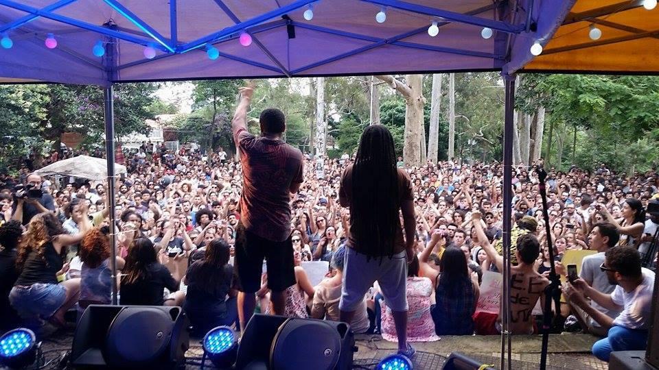 Rapper Criolo performs and #ViradaOcupação. Photo by Caio Tendolini/Não Fechem Minha Escola. Free to use.