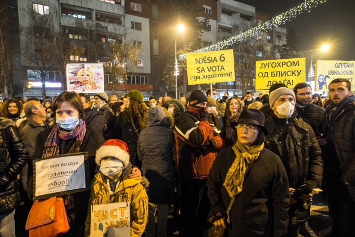 Citizens on the mass protest agains air pollution held in front of the Macedonian government in Skopje (28.12.2015) Photo by: Vanco Dzambaski, used with permission