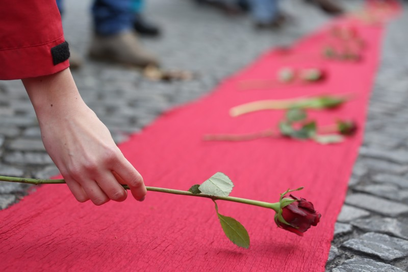 Demonstrators drew red lines along Avenue de la Grande Armée to honor the victims of climate disasters and express their fight for climate justice. Photo: © Kristian Buus