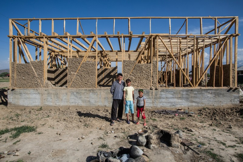 Batyr, 32 years old, constructs a new house while raising his two daughters. Normally, it is the women who are left behind, but Akmal's wife is the one who has trekked off to Russia. She works as a waitress in one of the countless cafés of Moscow. Batken city, Batken oblast.