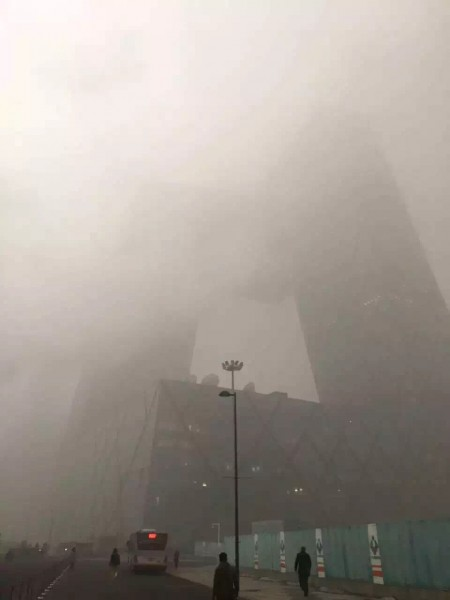 The building of Central Television in Beijing shrouded in thick smog.  Photo from Weibo's user @Yaba