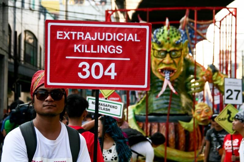Протестующий держит плакат против предполагаемых внесудебных убийств произошедших во время правления президента Акино. Фото: J Gerard Seguia, copyright Demotix (12/10/2015)