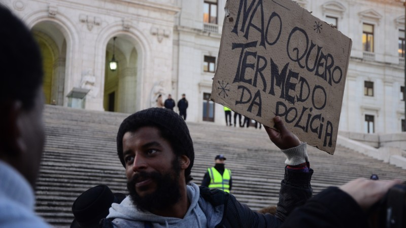 "The placard reads, ""I don't want to be afraid of the police."" Protest against police violence in Lisbon. Photo by Fernanda Canofre/Global Voices"