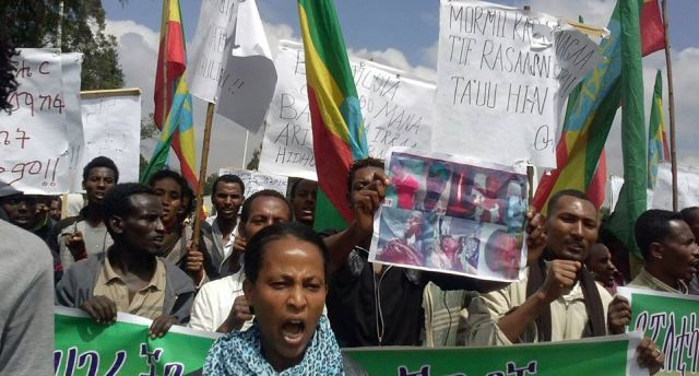 Protesters in the Ethiopia's capital Addis Ababa demand TPLF  stop killing Oromo students. Photo by Gadaa via Flickr (CC BY-ND 2.0)