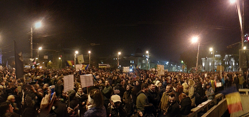 Protest Piața Universității in Bucharest on November 5, 2015. PHOTO: Gutza (CC BY-SA 4.0)