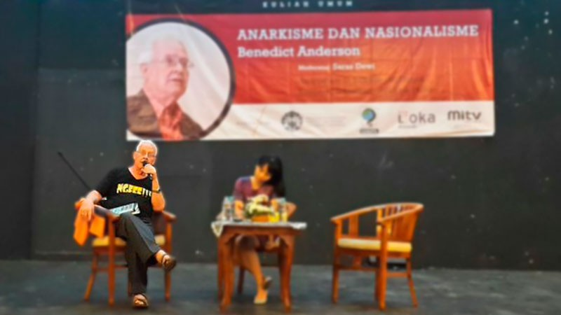 Benedict Anderson delivering a lecture in Indonesia. Photo from ‏@BSL_Forum