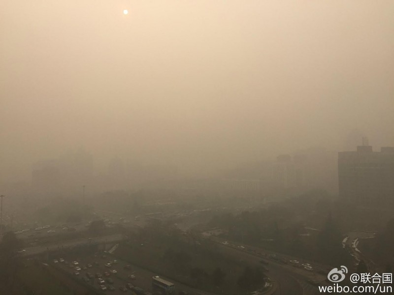 Beijing blankets in hazardous smoke of year's worst record on November 30 of the UN climate change talk in Paris.  Image from United Nation's official Weibo.