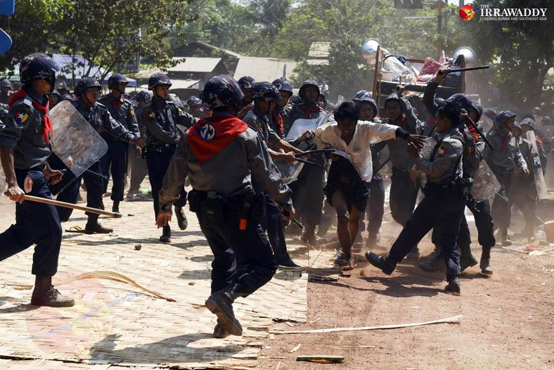 Police attack student protesters in Letpadan, Pegu Division on March 10, 2015. Photo by J Paing / The Irrawaddy