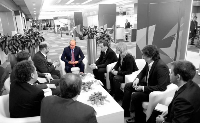Vladimir Poutine lors d'une table ronde au premier Forum de l'économie d'internet. 22 décembre 2015. Photo : Service de Presse du Kremlin. Publiée par Kevin Rothrock.