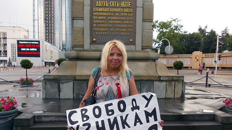 Darya Polyudova at a single-person picket. Image from her VKontakte page.