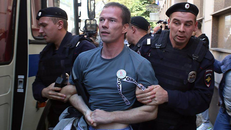 Ildar Dadin being detained at a protest rally. Image from Anastasia Zotova on Facebook.