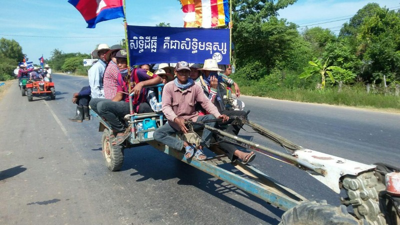 In Banteay Meanchey, about 600 people joined a tractor and tuk tuk (traditional three-wheeled vehicle) procession from Poipet to the provincial government office in Banteay Meanchey town. Photo from Licadho, a human rights group.