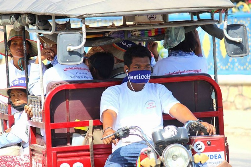 Activists ride a tuk tuk (traditional three-wheeled vehicle) to reach Battambang's Dragon Statue where they held a program discussing human rights issues. Photo from the Facebook page of Ridan Sun
