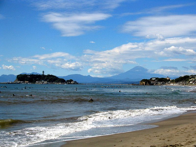 七里ガ浜から見た江ノ島と富士山