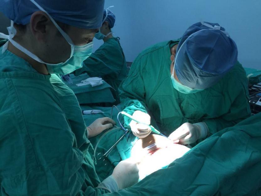 This is a first black lung surgery being live online in China. Image from Weibo.