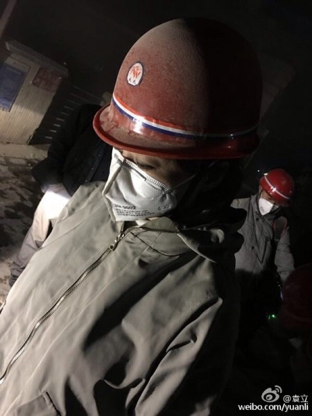 Yuan Li, an actress, wears a mask and a safety helmet covered with dust. Image from Yuan Li's Weibo.