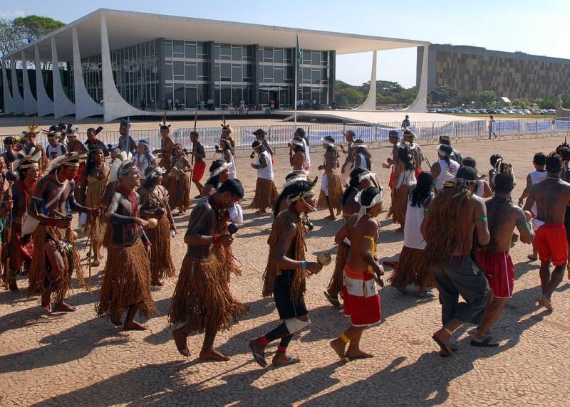 Indigenous people protest outside Brazil's Supreme Court | Image: Wilson Dias/AgênciaBrasil/CC 3.0
