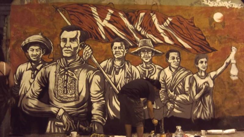 Il muro è ora trasformato in un murale che raffigura gli eroi della rivoluzione filippina. Il Katipunan (KKK) è stato un gruppo rivoluzionario che ha combattuto per l'indipendenza del paese contro i coloni spagnoli nel 1896. Immagine dalla pagina Facebook di Ang Gerilya