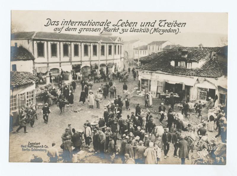 La diversité ethnique se reflète dans la variété vestimentaire au marché de Skopje pendant la 1e Guerre Mondiale. Photo issue des collections numériques de la Bibliothèque publique de New York.