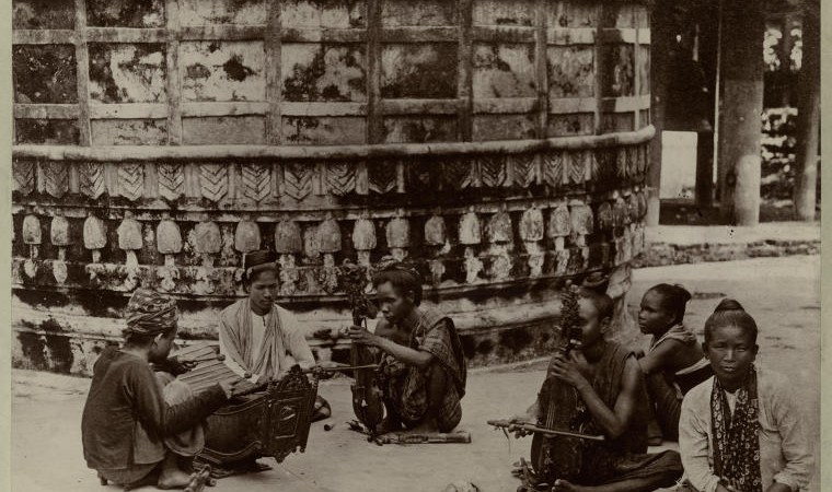 Female street musicians in India (1898) Photo from The New York Public Library Digital Collections