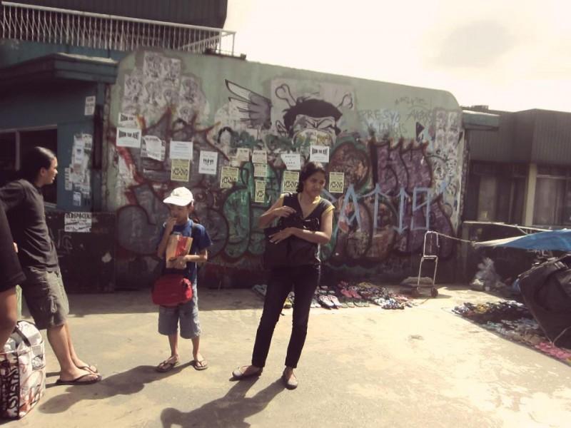 Questo è un muro pubblico a Quezon City prima che il collettivo Ang Gerilya lo trasformasse in un'opera d'arte. Foto dalla pagina Facebook di Aang Gerilya