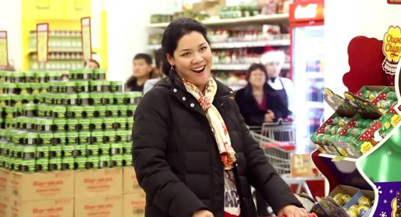 Deze jonge vrouw was een van de sterren van de operaflashmob die onlangs werd gehouden in de supermarkt Frunze. Screenshot gedeeld door het YouTube-kanaal van People of KG.