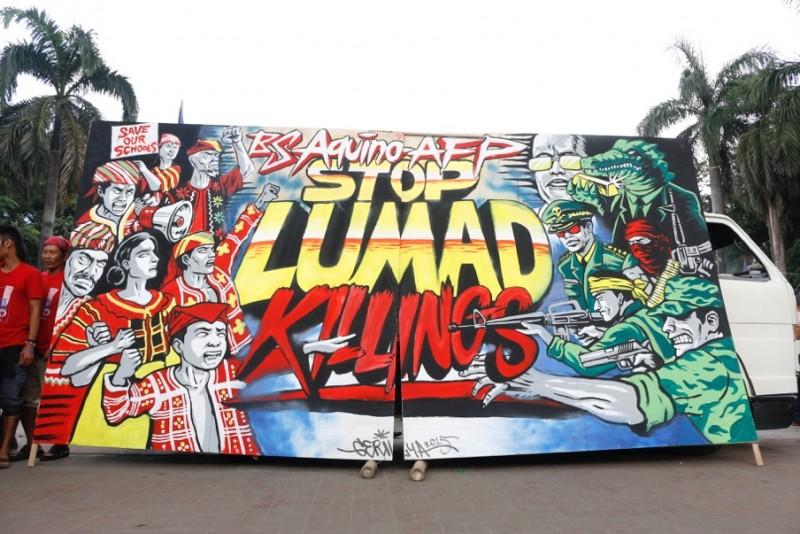 Quando i gruppi Lumad, sfollati, sono arrivati a Manila nel 2015, il collettivo Ang Gerilya è stato tra gli artisti che hanno mostrato il loro sostegno dipingendo questo murales che richiama l'appello per fermare la militarizzazione delle comunità etniche in Mindanao. Foto da Manila Today