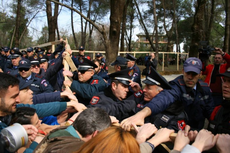 Citizens attempting to remove a fence in Tirana Lake Park, Feb 21, 2015. Photo by Qytetarët Për Parkun, used with permission.