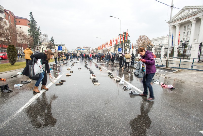 Citizens leaving the shoes of their loved ones in front of the Government in Skopje. Photo by Vancho Dzhambaski (CC BC-NC-SA )