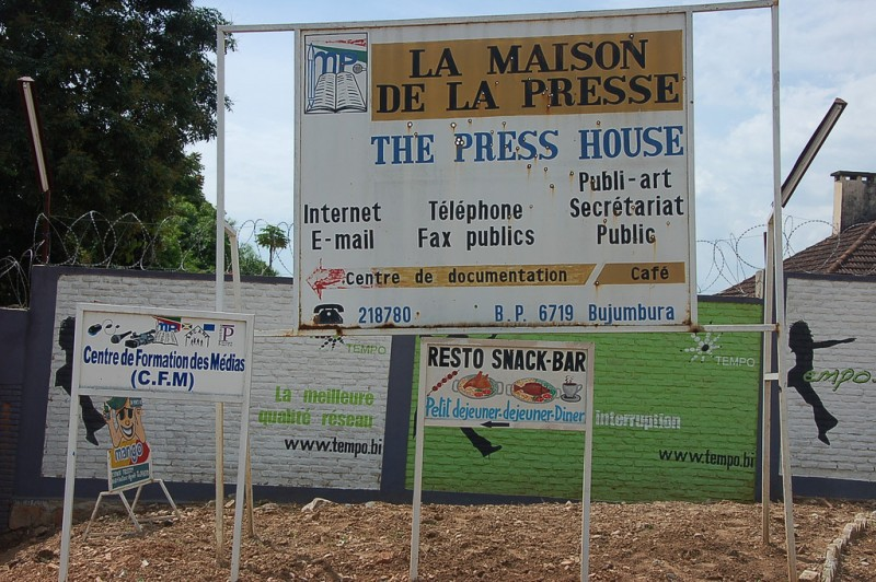 """La Casa della Stampa a Bujumbura. <a href=""""https://www.flickr.com/photos/dw-akademie-africa/5736248375/in/album-72157627039547521/"""">Foto</a> di DW Akademie - Africa via Flickr. <a href=""""https://creativecommons.org/licenses/by-nc/2.0/"""">CC BY-NC 2.0</a> [en]"""