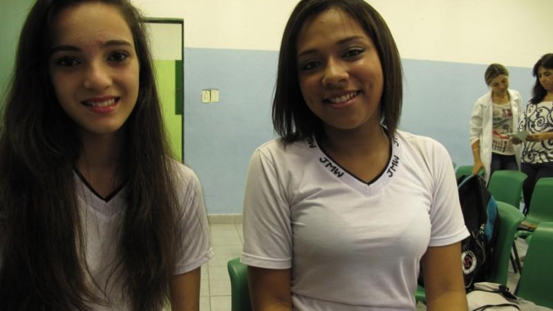 Sarah Campos (à esquerda) e Juliana Santos, ex-alunas da Escola Municipal Leão Machado. Campos diz que provou rabanete pela primeira vez após trabalhar na horta escolar. Agora, ela adora rabanete. Crédito: Rhitu Chatterjee. Usado com permissão do PRI