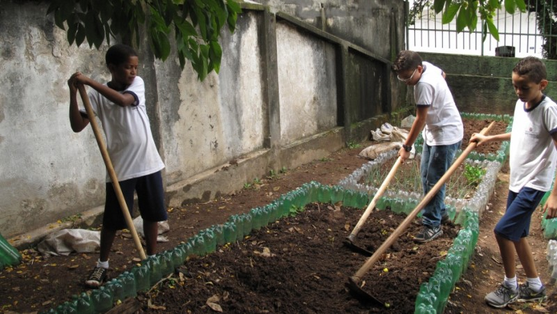 Sixth-graders at the Leão Machado school in Sao Paulo. School gardens have become a popular way to help kids learn to eat healthier in Brazil. Credit: Rhitu Chatterjee. Used with PRI's permission