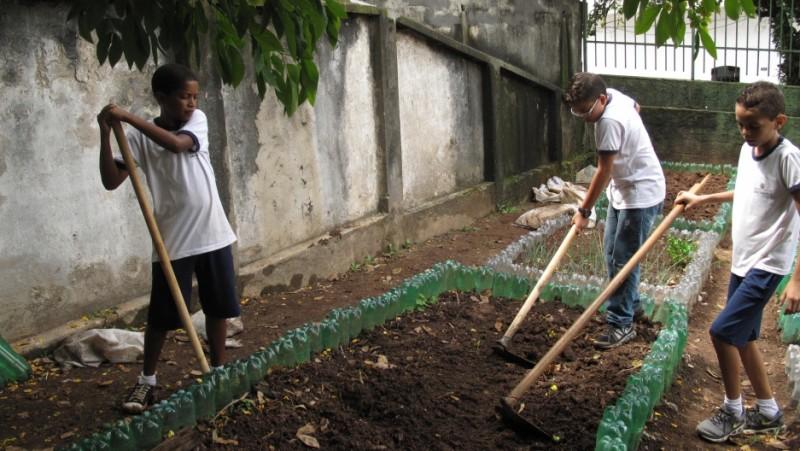 Alunos do sexto ano da Escola Municipal Leão Machado em São Paulo. Hortas escolares se tornaram uma forma popular de ajudar as crianças a aprender a comer mais saudável no Brasil. Crédito: Rhitu Chatterjee. Usado com permissão do PRI