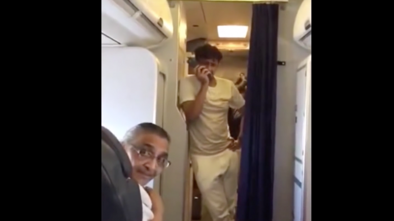 Sony Nigam's impromptu concert on Jodhpur-Mumbai Flight. Click on the screenshot to watch the video.