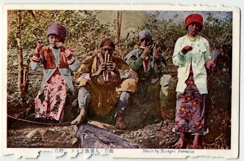 A historical photo of the Tsou people in Taiwan playing their music instruments. This photo is originally posted at taipics.com.