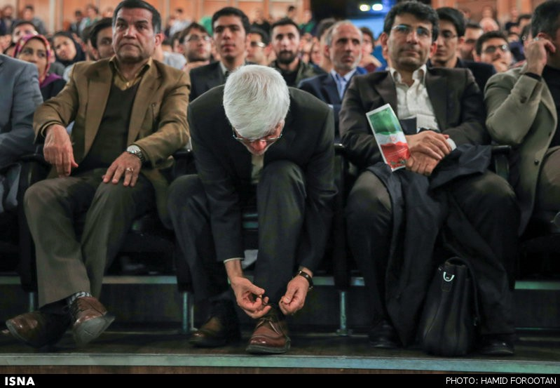 Popular reformist candidate Aref caught tying his shoes. Photo from ISNA.