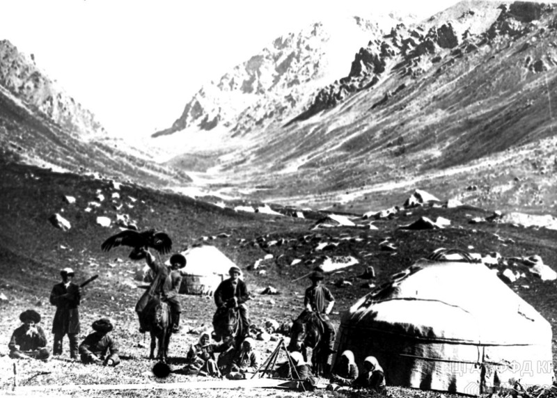 Kyrgyz beside a traditional nomadic dwelling in the early 20th century. From the archives of the state registry.