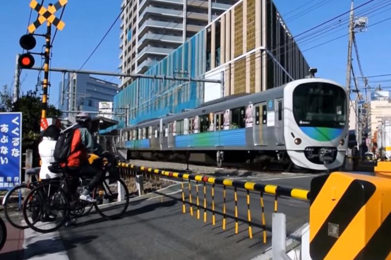 Shakuji Park Crossing, Seibu Ikebukuro Line, Tokyo. Screencap from YouTube user hitorikamonen channel.