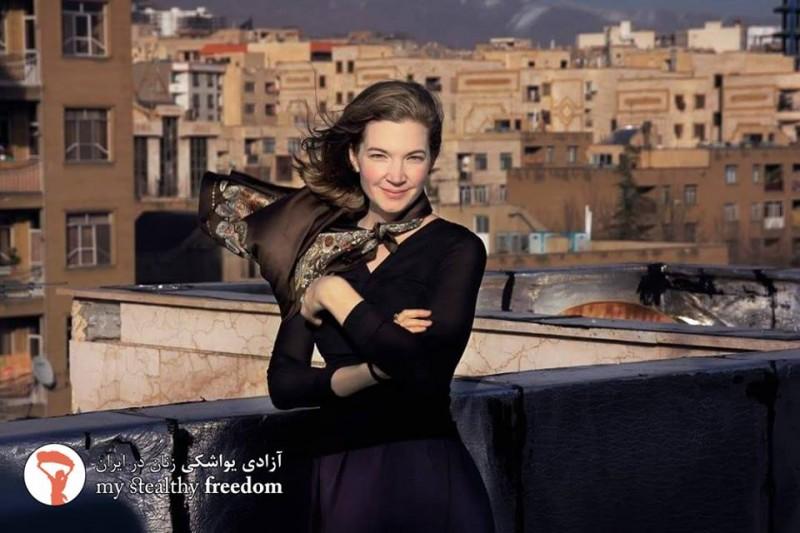 Мария из Германии на крыше в Иране. Фотография My Stealthy Freedom.