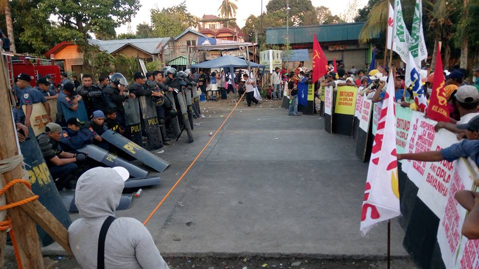 Police and farmers face off a day before the dispersal of the protest. Source: Kilab Multimedia / Facebook