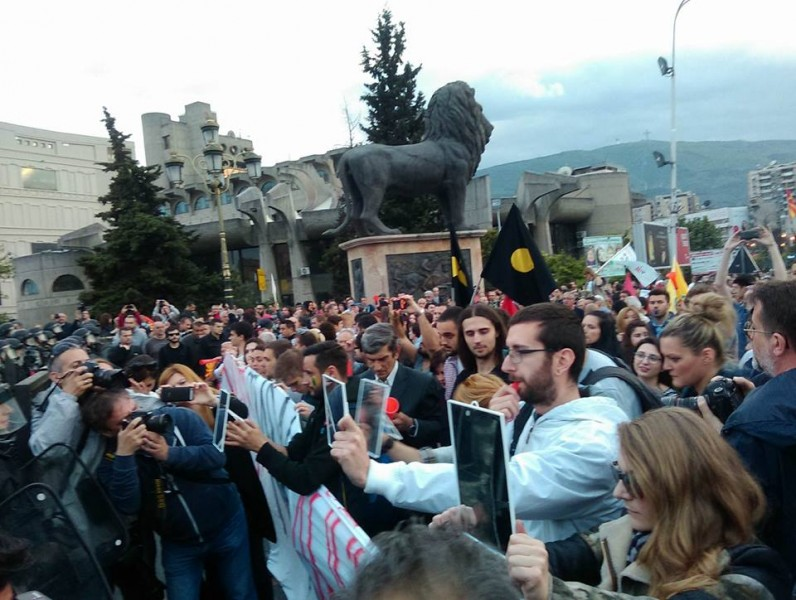 Protesters holding mirrors to policemen blocking their way on April 23. Photo by Meta.mk News Agency, used with permission.