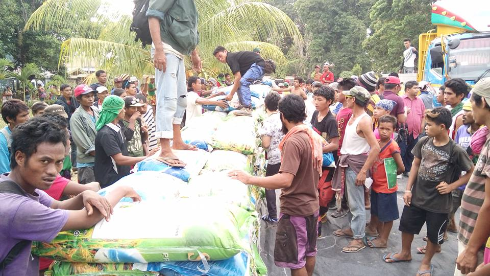 Rice donation started to arrive for the farmers who were dispersed in North Cotabato. Source: Kilab Multimedia / Facebook