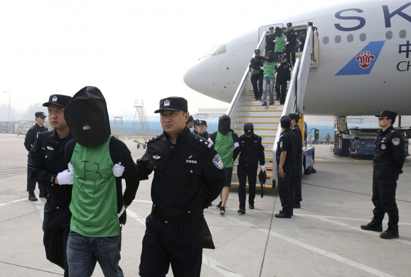 Chinese and Taiwanese citizens who were deported from Kenya arrive at Beijing Capital International Airport on April 13, 2016. Photo from Chinese state own Xinhua News